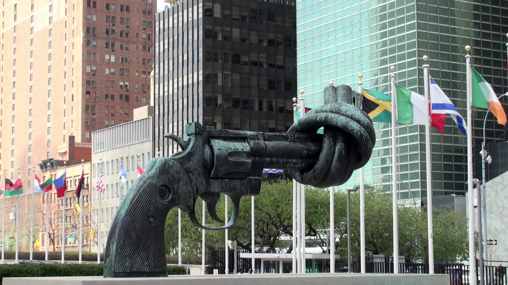 e2809cnon-violencee2809d-sculpture-by-karl-fredrik-reutersward-outside-un-headquarters-in-new-york1